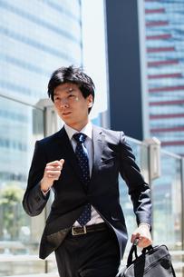 一生懸命走るビジネスマンの写真素材 [FYI00466598]