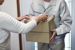 荷物を届ける宅配員の写真素材 [FYI00466653]