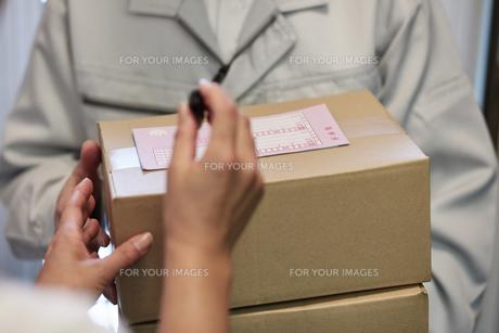 荷物を届ける宅配員の写真素材 [FYI00466664]
