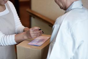 荷物を届ける宅配員の写真素材 [FYI00466667]