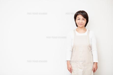 エプロンを着けた主婦の写真素材 [FYI00466680]