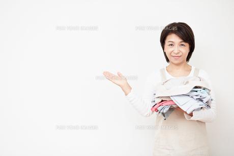 服を持った主婦の写真素材 [FYI00466701]
