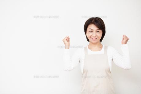 ガッツポーズする主婦の写真素材 [FYI00466702]
