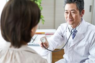 診察する医者と患者の写真素材 [FYI00466713]