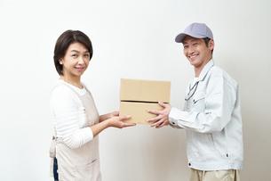 荷物を届ける宅配員の写真素材 [FYI00466723]