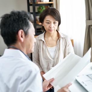 診察する医者と患者の写真素材 [FYI00466725]