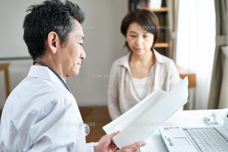 診察する医者と患者の写真素材 [FYI00466730]