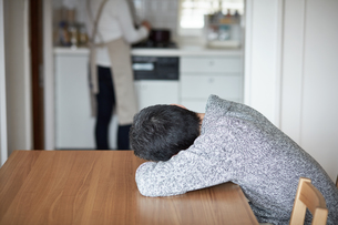 テーブルに倒れ込むミドル男性の写真素材 [FYI00466733]