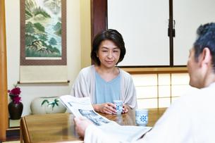 笑顔で話す夫婦の写真素材 [FYI00466795]