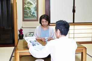 笑顔で話す夫婦の写真素材 [FYI00466801]