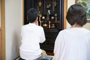 仏壇で拝む中年夫婦の写真素材 [FYI00466884]