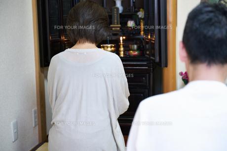 仏壇で拝む中年夫婦の写真素材 [FYI00466885]