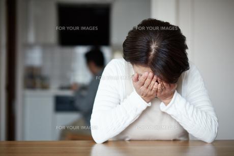 頭を抱える主婦の写真素材 [FYI00466930]