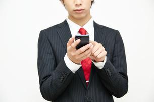 携帯電話を使うビジネスマンの写真素材 [FYI00467059]