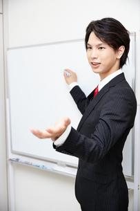 ホワイトボードで説明するビジネスマンの写真素材 [FYI00467118]