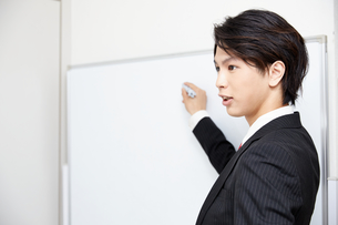 ホワイトボードで説明するビジネスマンの写真素材 [FYI00467121]