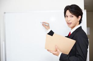 ホワイトボードで説明するビジネスマンの写真素材 [FYI00467122]