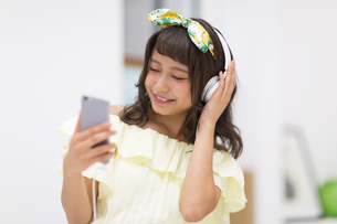 スマートフォンで音楽を聞く女性の写真素材 [FYI00467177]