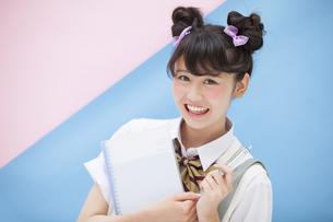 ペンを持って微笑む女子学生の写真素材 [FYI00467182]