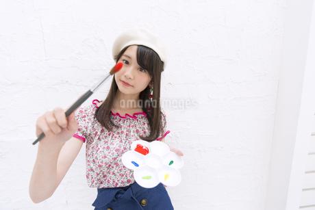 筆とパレットを持つ女性の写真素材 [FYI00467195]