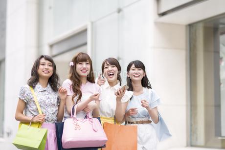 ショッピングを楽しむ女性4人の写真素材 [FYI00467197]