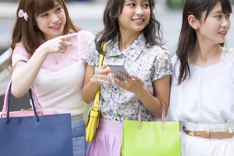 ショッピングを楽しむ女性3人の写真素材 [FYI00467198]
