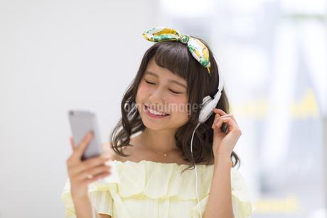 スマートフォンで音楽を聞く女性の素材 [FYI00467199]