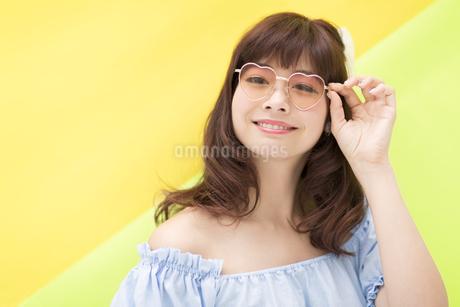 サングラスを掛けてポーズをとる女性の写真素材 [FYI00467211]