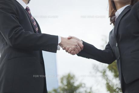 ビルの前で握手をする手の写真素材 [FYI00467386]