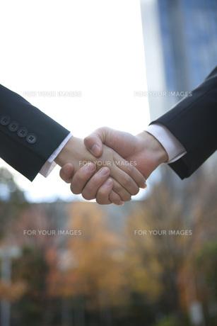 ビルの前で握手をする手の写真素材 [FYI00467427]
