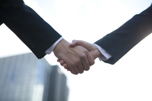 ビルの前で握手をする手の写真素材 [FYI00467428]