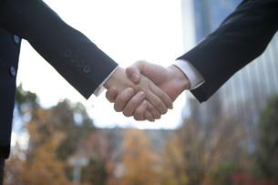 ビルの前で握手をする手の写真素材 [FYI00467430]