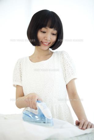 アイロンを掛ける女性の写真素材 [FYI00467513]