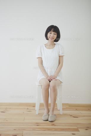 椅子に座る女性の写真素材 [FYI00467514]