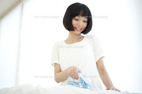 アイロンを掛ける女性の写真素材 [FYI00467517]