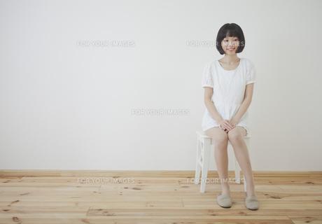 椅子に座る女性の写真素材 [FYI00467523]