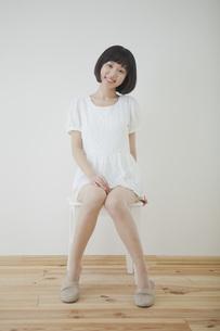 椅子に座る笑顔の女性の写真素材 [FYI00467529]