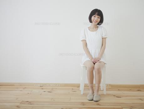 椅子に座る女性の写真素材 [FYI00467532]