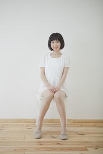 椅子に座る女性の写真素材 [FYI00467533]
