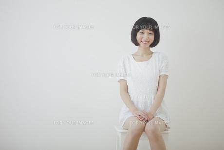椅子に座る笑顔の女性の写真素材 [FYI00467541]
