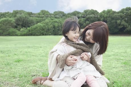 芝生で遊ぶ母と子の写真素材 [FYI00467707]