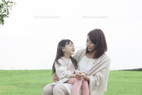 芝生で遊ぶ母と子の写真素材 [FYI00467728]