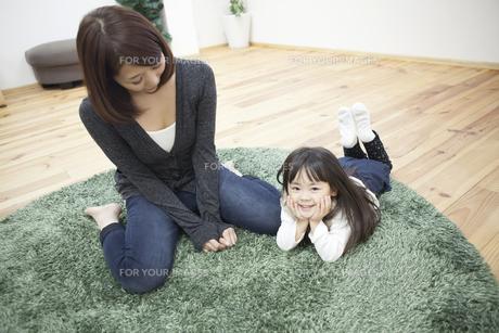 部屋で寝転ぶ子供と母の写真素材 [FYI00467732]