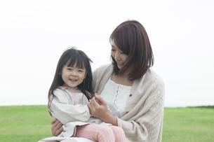 芝生で遊ぶ母と子の写真素材 [FYI00467733]