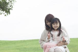 芝生で遊ぶ母と子の写真素材 [FYI00467738]