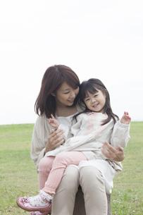 芝生で遊ぶ母と子の写真素材 [FYI00467742]