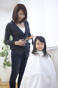 髪の毛を切る母と子の写真素材 [FYI00467748]