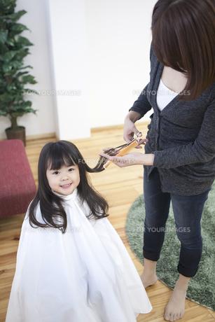 髪の毛を切る母と子の写真素材 [FYI00467750]