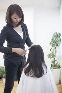 髪の毛を切る母と子の写真素材 [FYI00467762]
