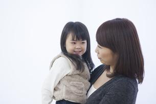笑顔で寄り添う母と子供の写真素材 [FYI00467767]
